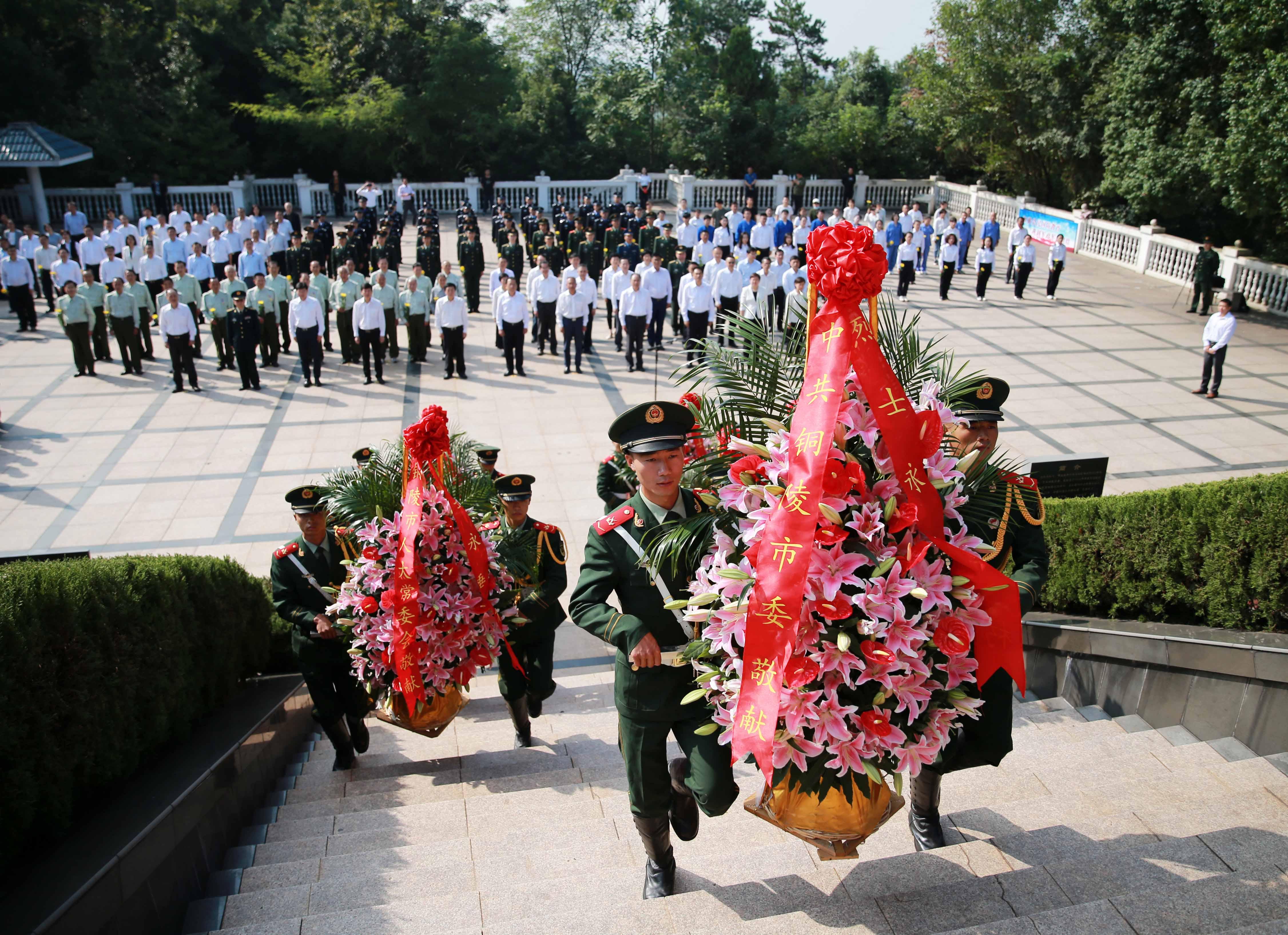 铜陵文明网:铜陵举行烈士纪念日向烈士敬献花篮仪式