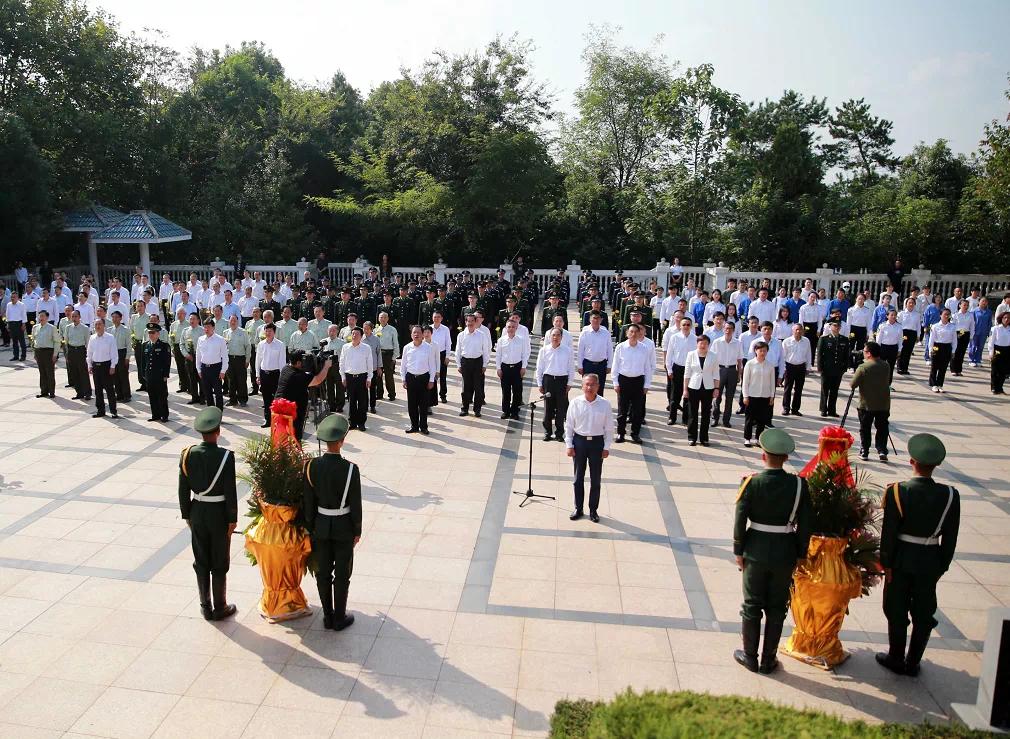铜陵文明网:铜陵市举行烈士纪念日向烈士敬献花篮仪式